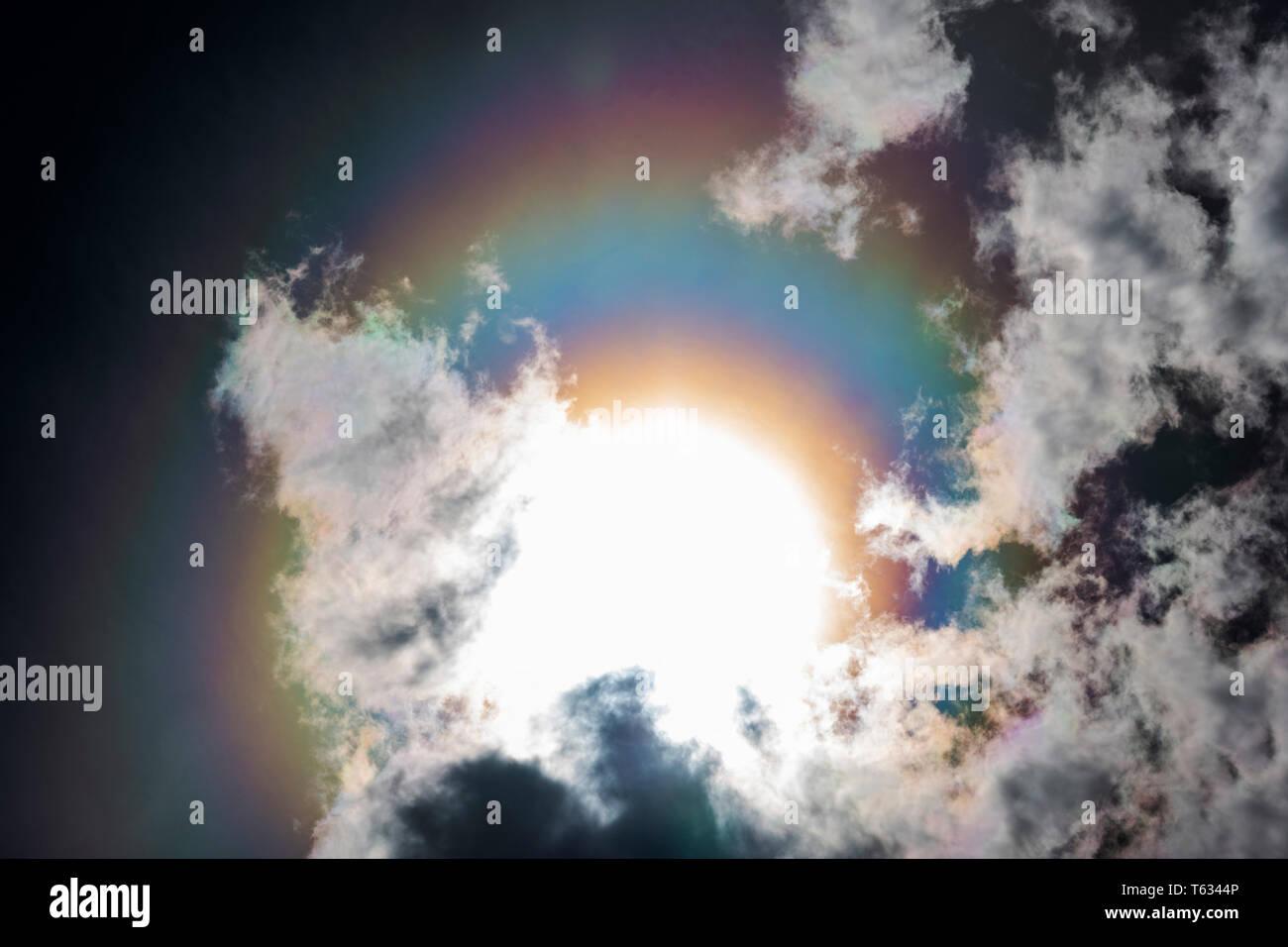 La réfraction crée un arc-en-ciel, halo, ou 'undog' autour du soleil; le centre du Colorado, USA Photo Stock