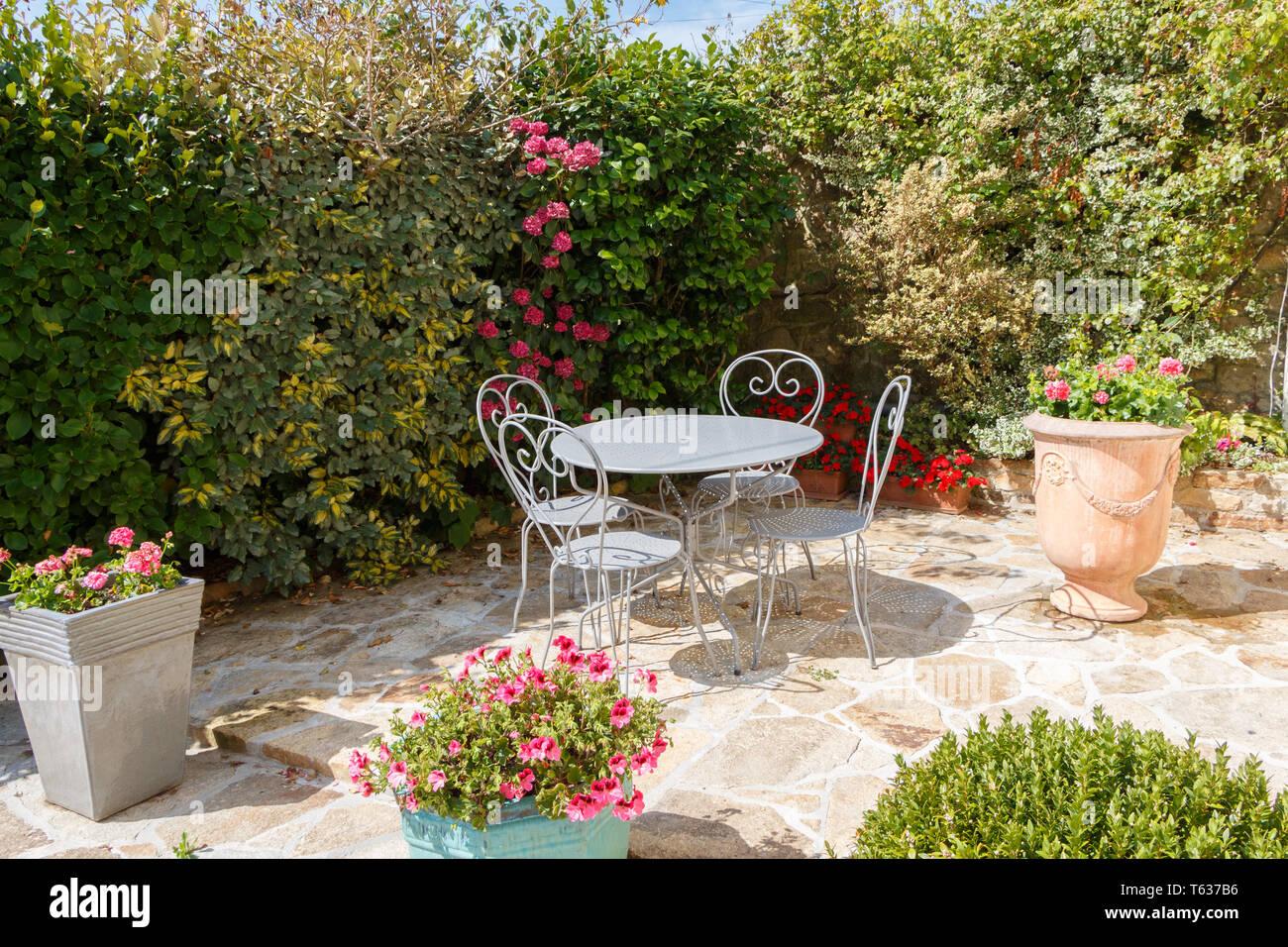 Terrasse fleurie avec mobilier de jardin gris en fer forgé ...