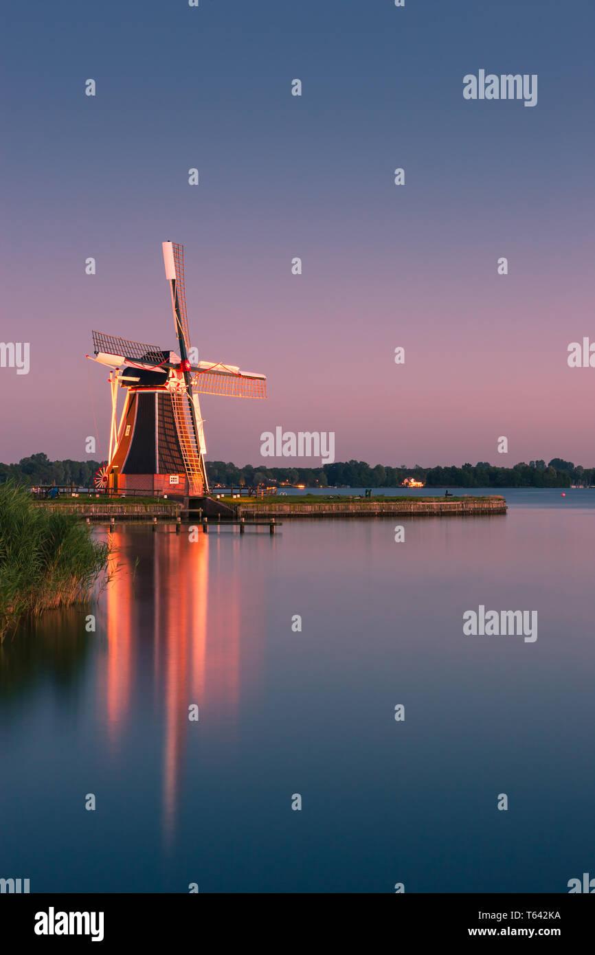 Moulin De Helper à Paterswoldsemeer juste après le coucher du soleil, près de Haren dans la province de Groningue, Pays-Bas Banque D'Images