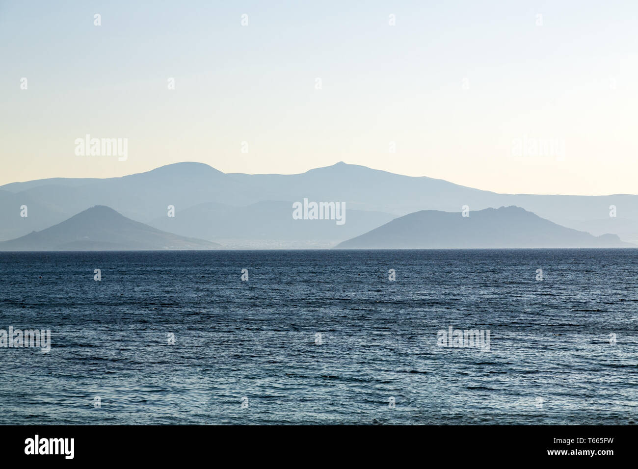Chaîne de montagnes pâles dans un océan bleu Photo Stock