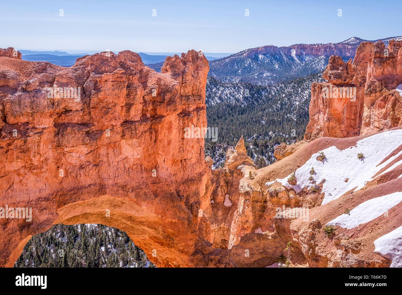 Le pont naturel formation rocheuse. Bryce Canyon National Park, Utah, USA. Banque D'Images