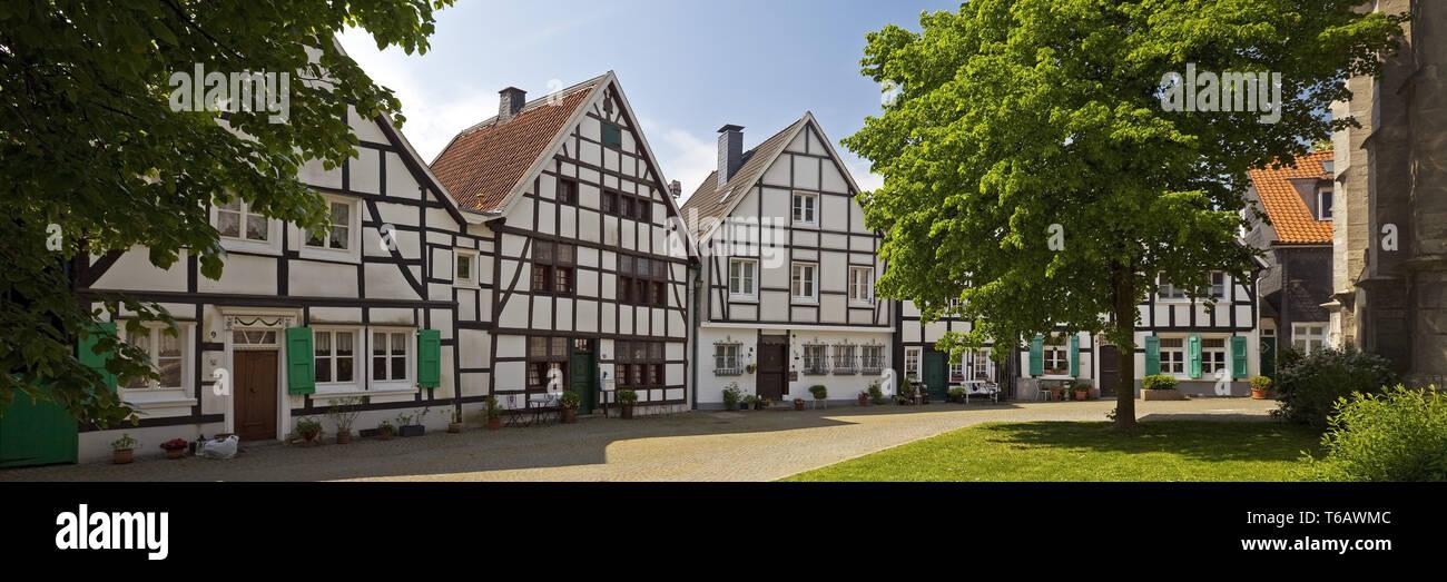 Maisons à colombages à la place de l'église, Vieille Ville, Wuelfrath, Rhénanie du Nord-Westphalie, Allemagne Photo Stock