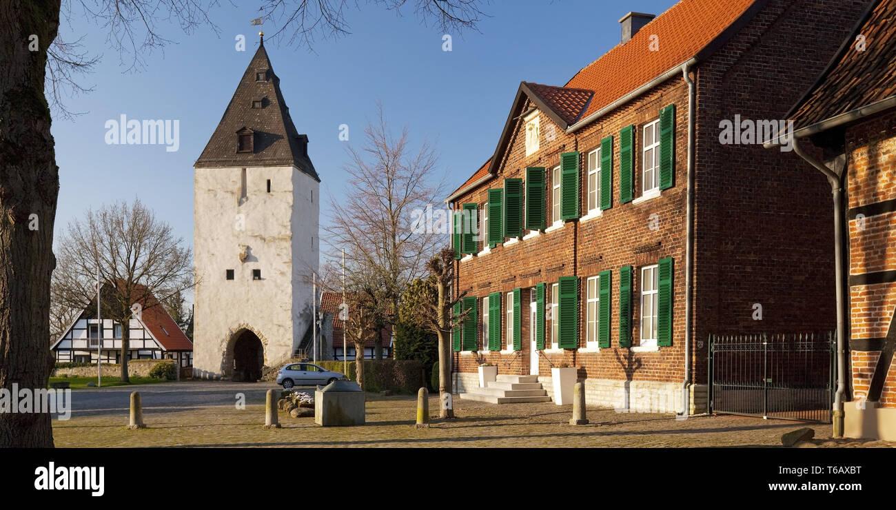 Paulusturm tour et maisons de la place Burgplatz, Oelde-Stromberg Nordrhein-westfalen, Allemagne Photo Stock