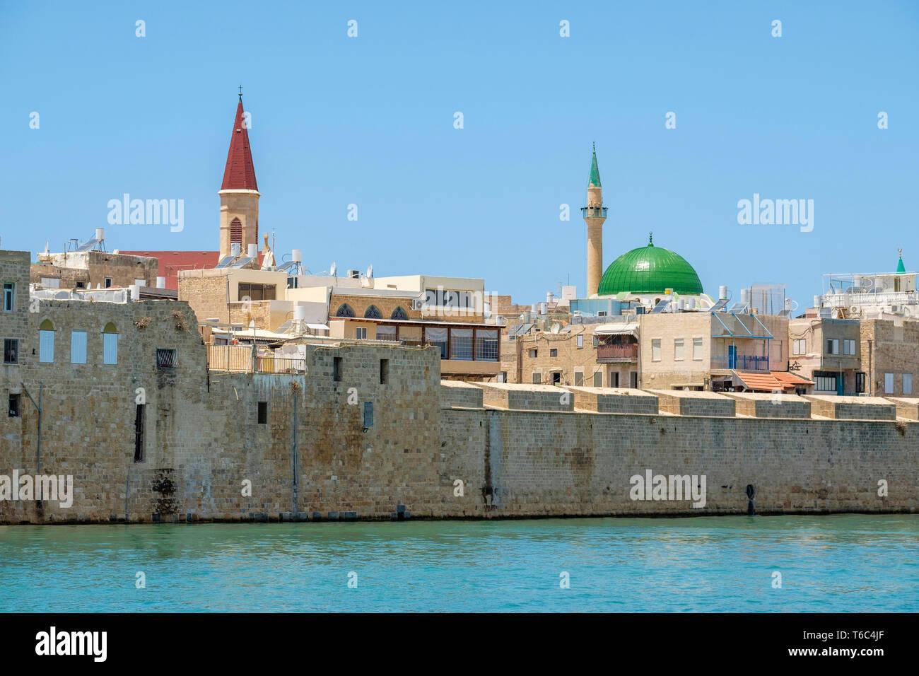 Israël, quartier Nord, Galilée, Acre (Akko). La mosquée Al-Jazzar et bâtiments dans la vieille ville d'Akko harbor. Photo Stock
