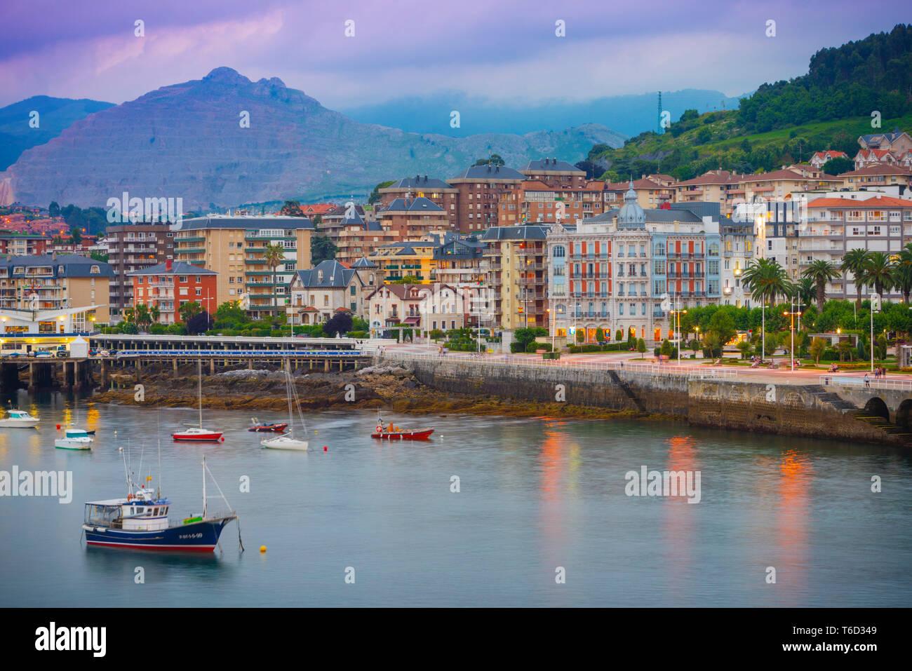 L'Espagne, Cantabria, Castro-Urdiales, vue de la ville et le port. Banque D'Images