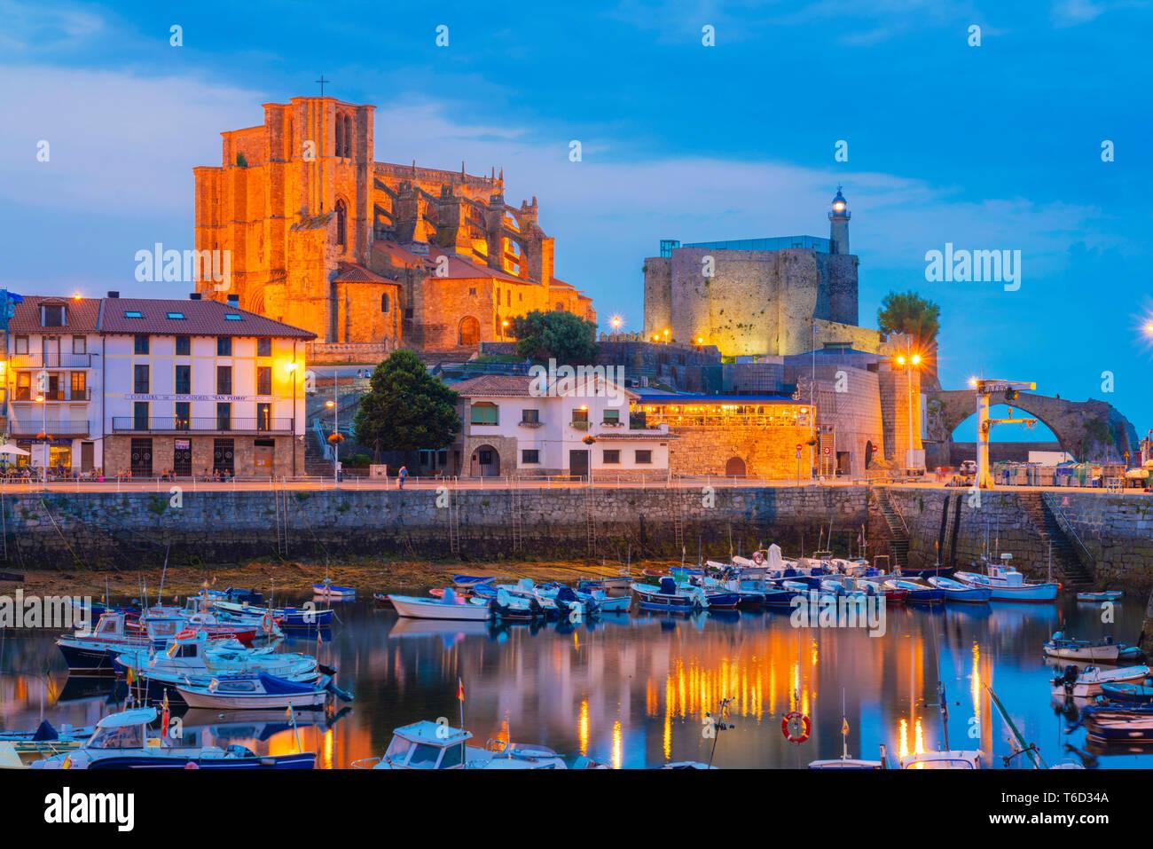 L'Espagne, Cantabria, Castro-Urdiales, port, église Santa Maria et Santa Ana château au crépuscule Banque D'Images