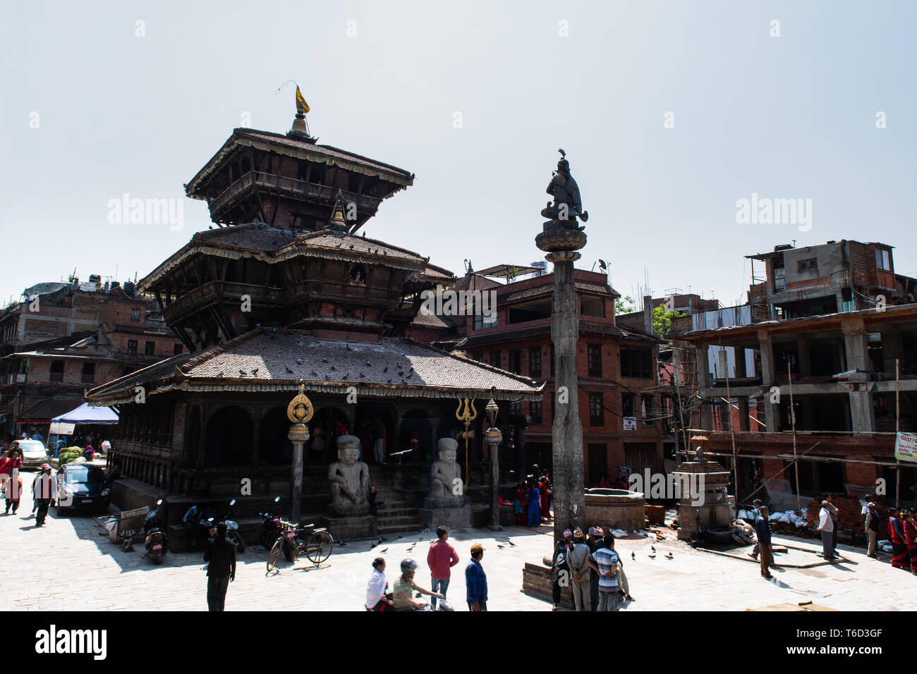 Bhaktapur, Vallée de Katmandou / Népal - avril 17th, 2019 - Les sections locales au Temple de Dattatreya et place de la ville. Photo Stock