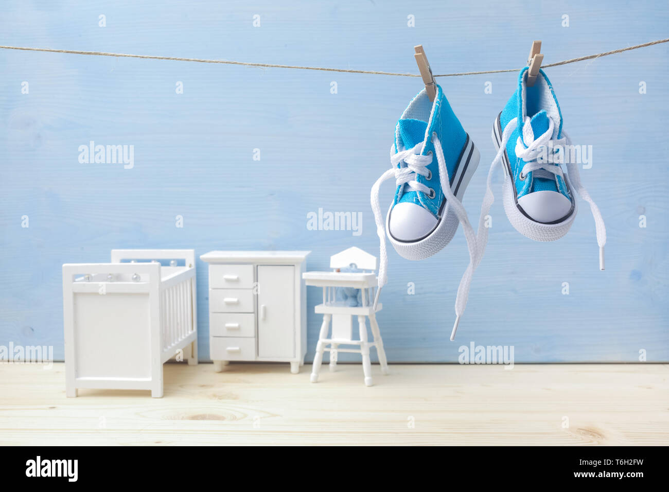 Cute Little Baby Shoes Hanghang Sur Corde En Arriere Plan