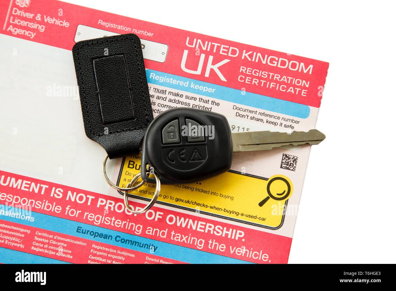 DVLA Royaume-uni certificat d'immatriculation du véhicule pour détenteur déclaré et une clé de voiture isolé sur blanc. En Angleterre, Royaume-Uni, Angleterre Photo Stock