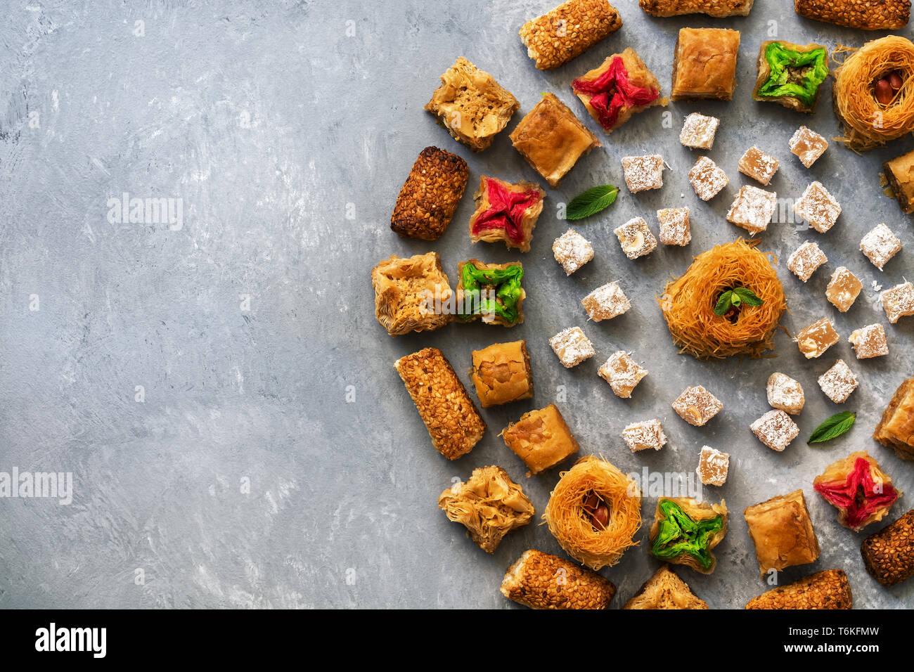 Baklava dessert turc traditionnel. Les sucreries de l'est sur un fond rustique gris. Vue d'en haut. Place pour votre texte Banque D'Images