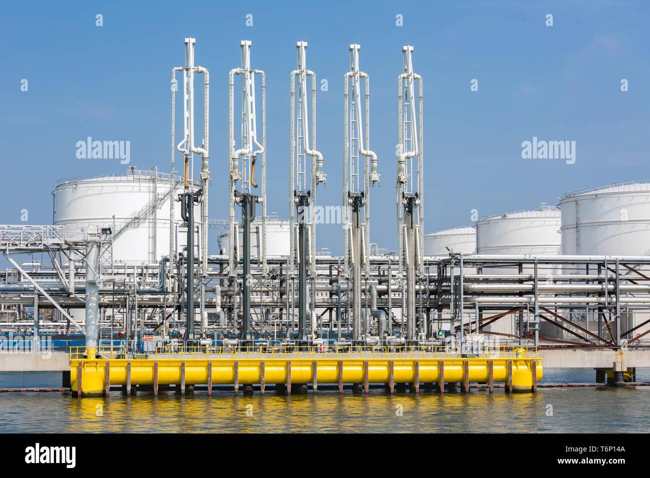 Port de mer avec les équipements de manutention pour les pétroliers Banque D'Images