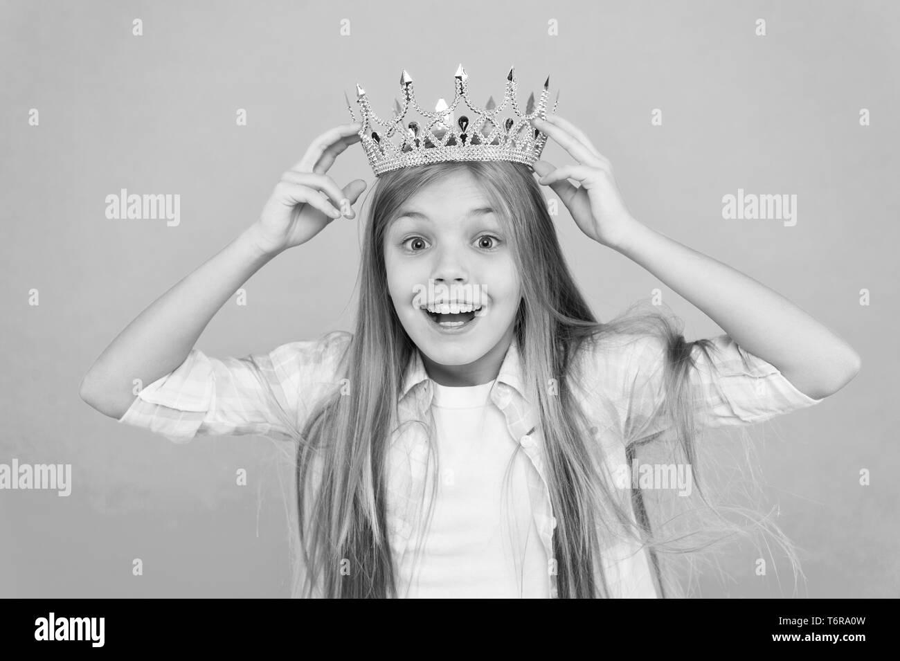 C'est un grand honneur pour moi. Miss petite princesse. Fille d'usure de fond bleu. Cute princess sincère émotion. Symbole de la couronne d'or d'usure pour enfants princesse. Toutes les filles rêvent de devenir princesse. Banque D'Images