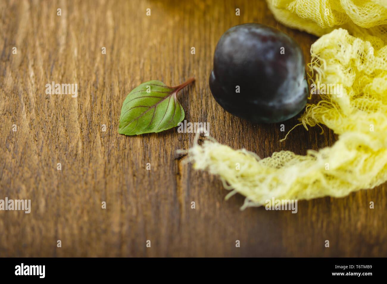 Les prunes sur fond de bois Banque D'Images