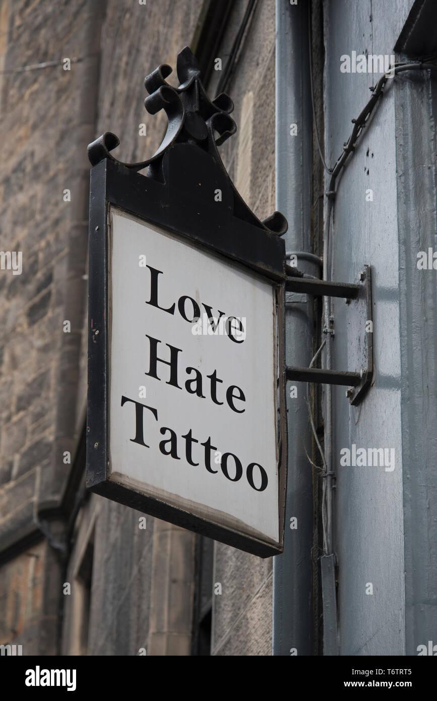Tattoo Love Hate affiche à l'extérieur un salon de tatouage à Édimbourg, Écosse, Royaume-Uni. Photo Stock