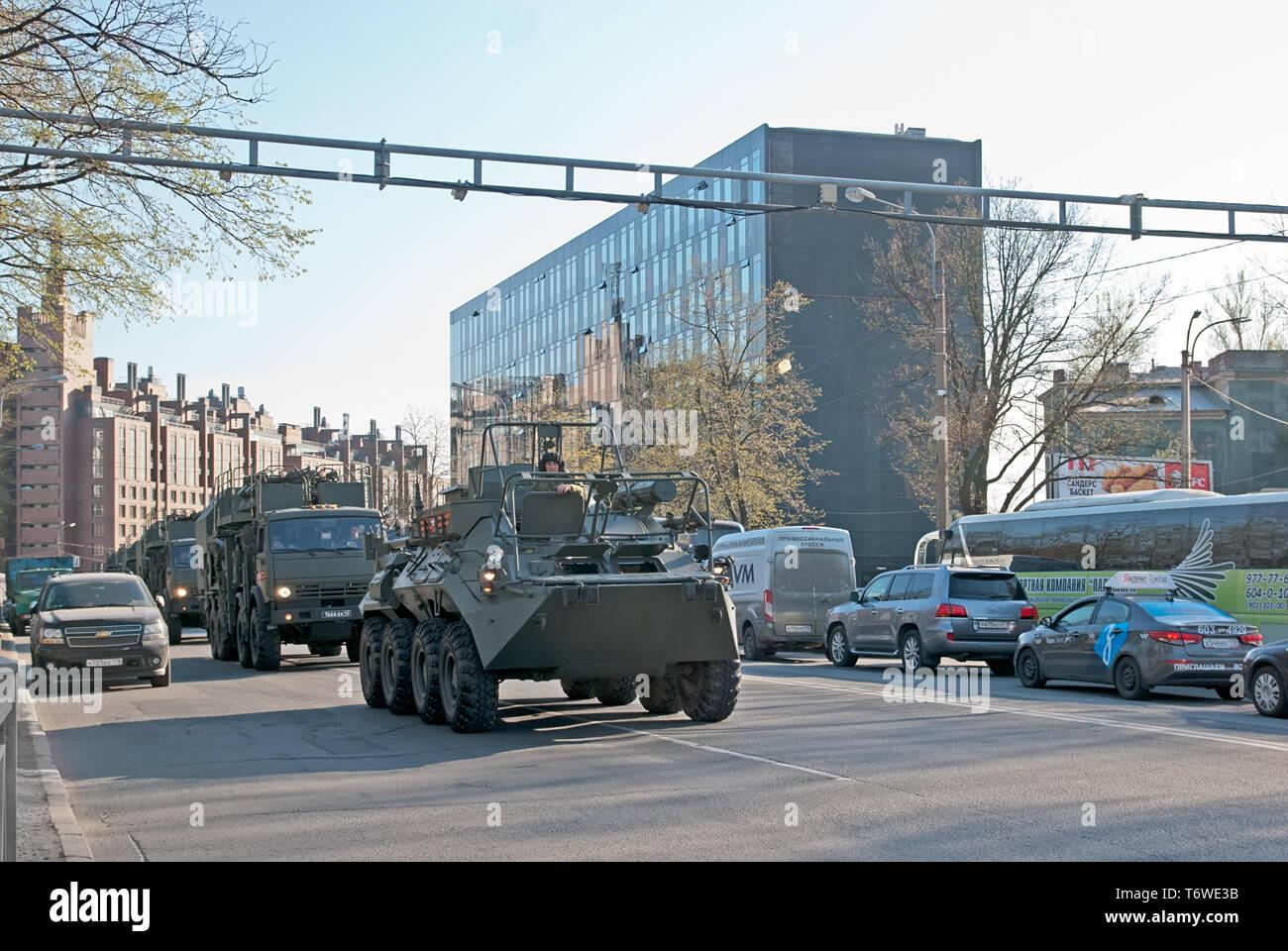 SAINT - Pétersbourg, Russie - 30 avril 2019: Des soldats et de transport militaire au sein de la ville après le défilé répétition pour la victoire 9 mai Jour Photo Stock