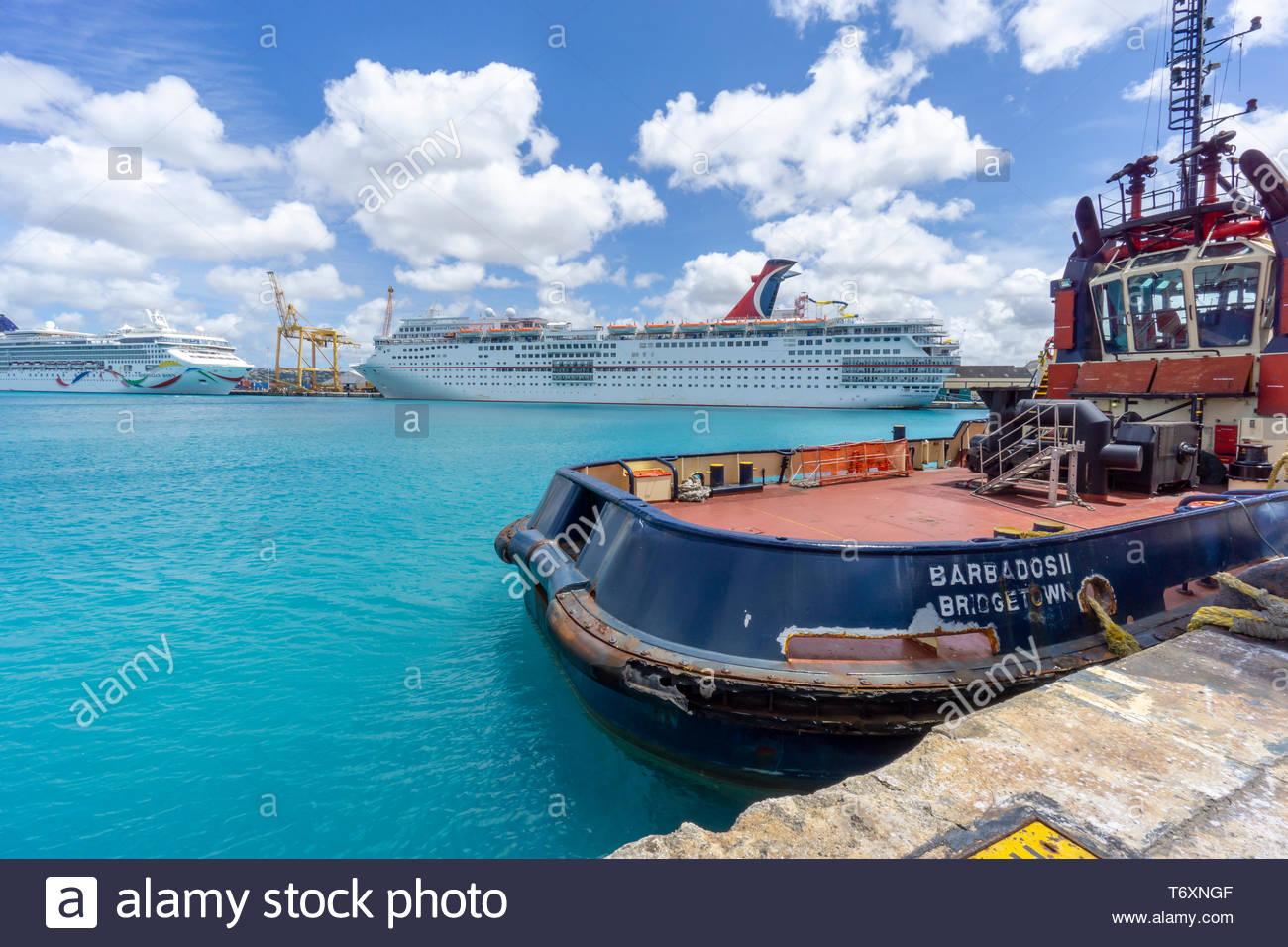 Deux bateau de croisière et un remorqueur dans le port de Bridgetown, à la Barbade, une île royaume de Commonwealth dans l'Atlantique Nord dans la région des Caraïbes. Banque D'Images