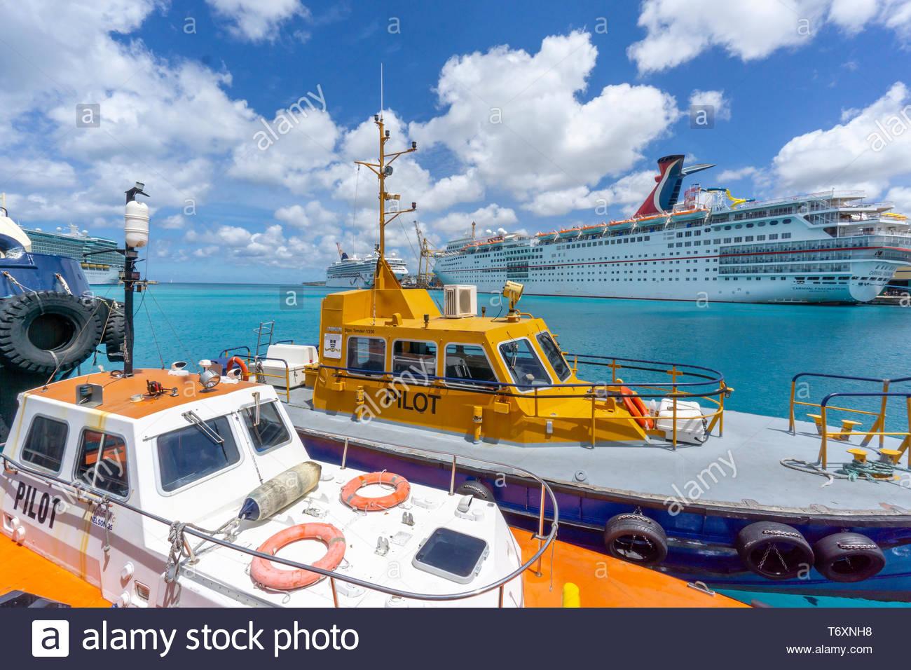 Les navires de croisière et des bateaux dans le port de Bridgetown, à la Barbade, une île royaume de Commonwealth dans l'Atlantique Nord dans la région des Caraïbes. Banque D'Images