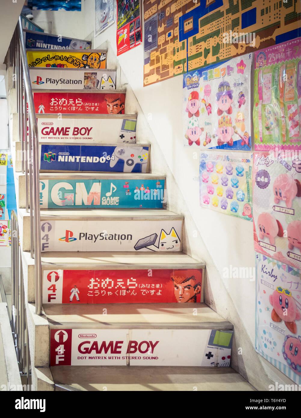 Jusqu'à l'escalier le célèbre magasin de jeu vidéo rétro, Super Potato Retro-kan, situé dans le quartier de Akihabara Electric Town, Tokyo, Japon. Photo Stock