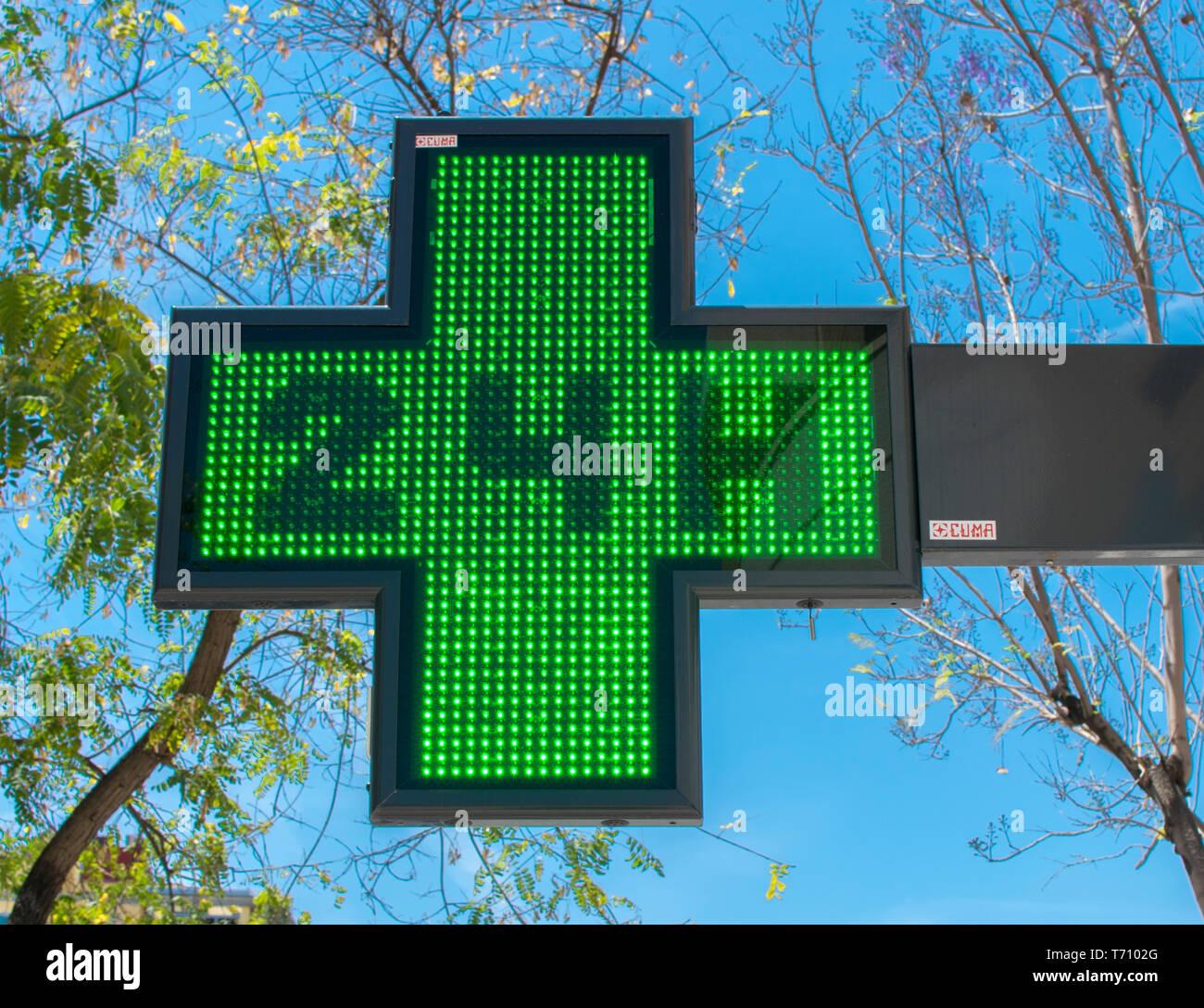 Medical vert vingt-quatre heures au jour enseigne pharmacie Photo Stock