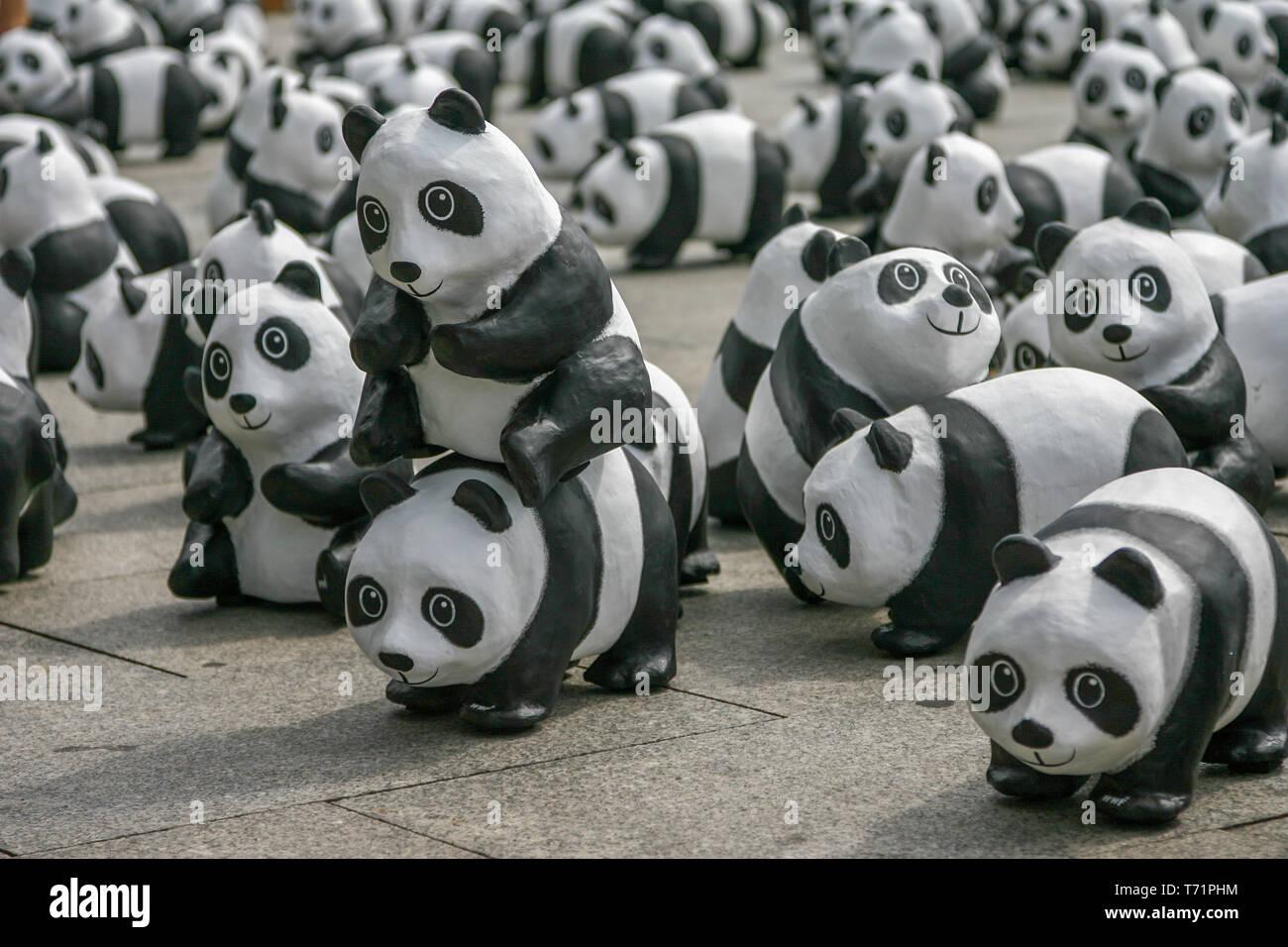 Berlin, Allemagne, le 6 août 2013 - Le WWF fête son 50e anniversaire avec un panda tour. 1600 sculptures d'Pandabaeren ont été mis en place en face de la gare centrale de Berlin. Ceux-ci correspondent à la vie encore nombre d'Pandabaeren dans la liberté. Banque D'Images