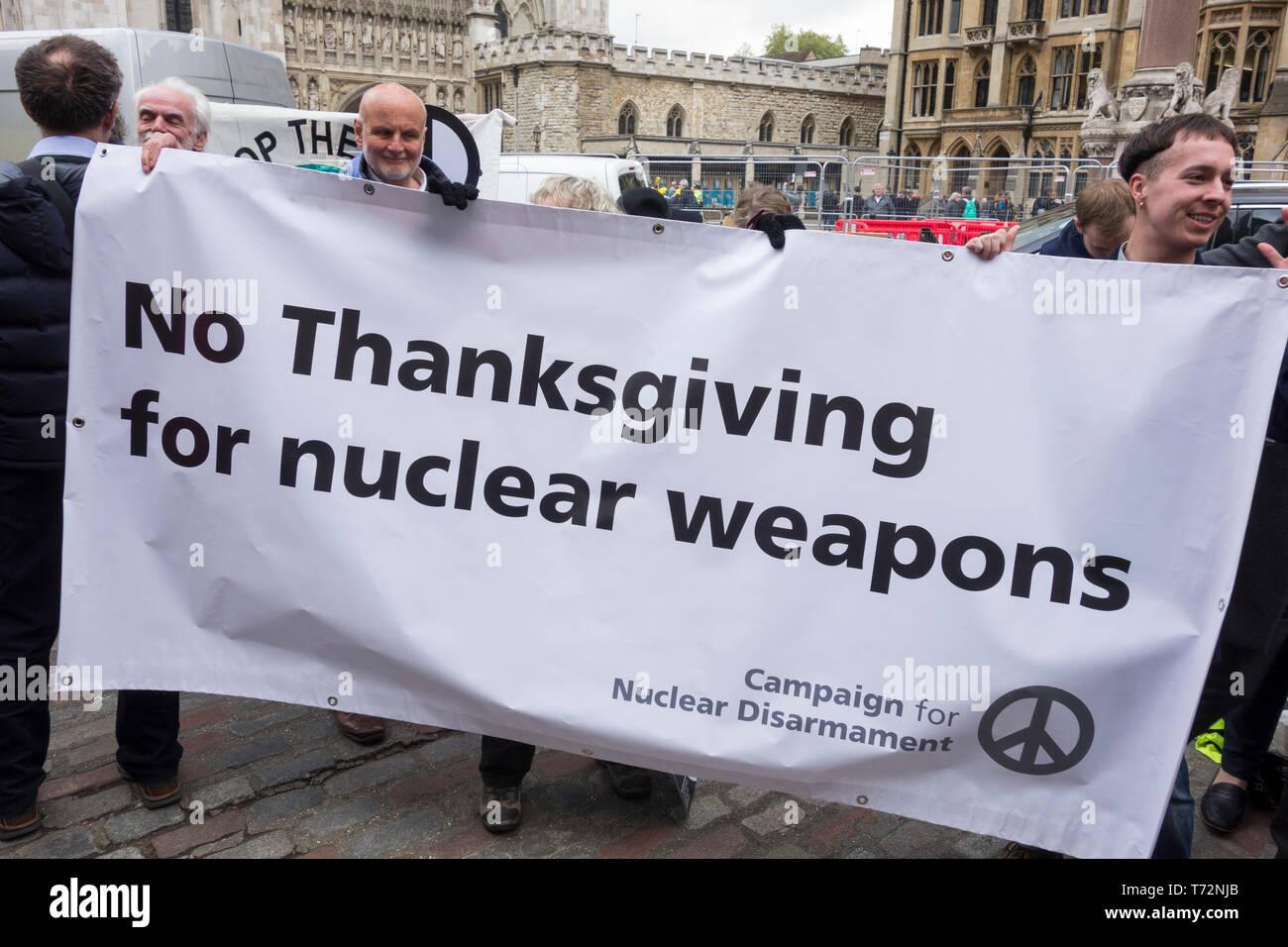 CND protester contre Royal Navy Service National d'action de grâce pour marquer 50 années de service continu en mer de dissuasion dans l'abbaye de Westminster. Photo Stock
