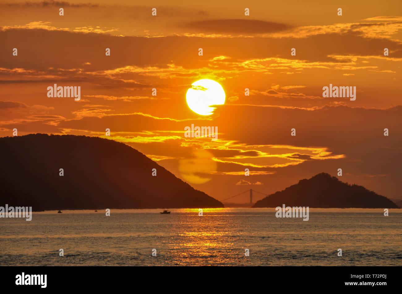 Photo de paysage et d'or rouge coucher du soleil avec la mer et vue sur l'ile à Takamatsu, Japon. Photo Stock