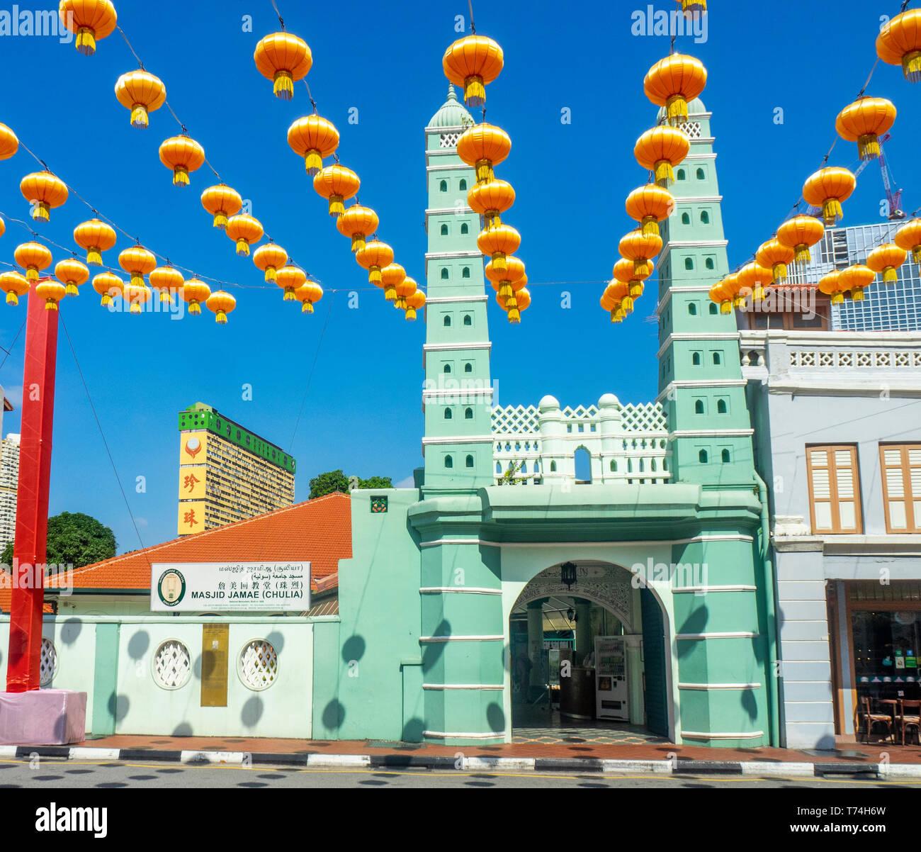 Lanternes rouges chinois pour le Nouvel An chinois en face de la mosquée Chulia sur South Bridge Road Singapore Singapour. Banque D'Images