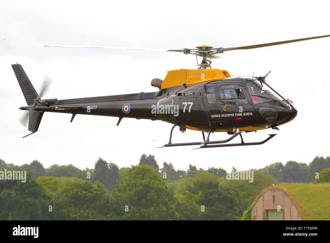 Eurocopter AS350BB Ecureuil ZJ277 de l'École de pilotage d'hélicoptère de la Défense Photo Stock