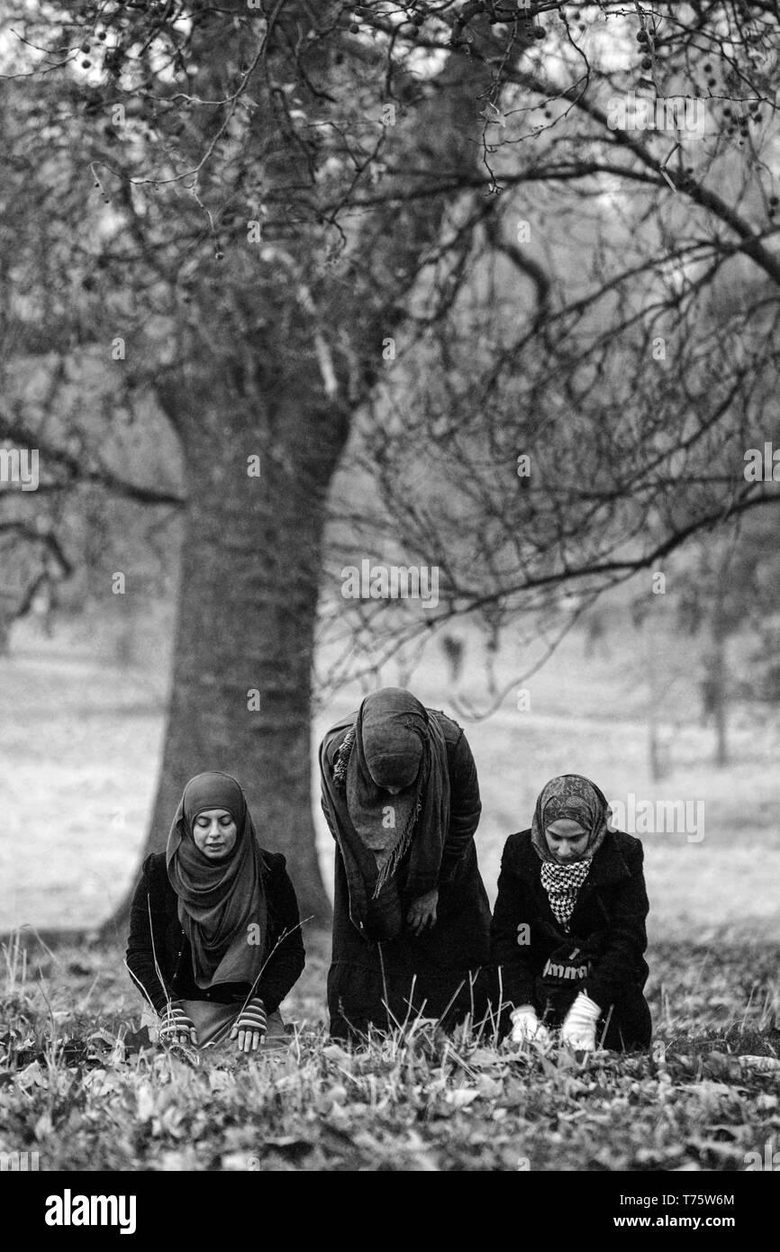 Royaume uni londres jeunes femmes musulmanes de prier à la mecque dans hyde