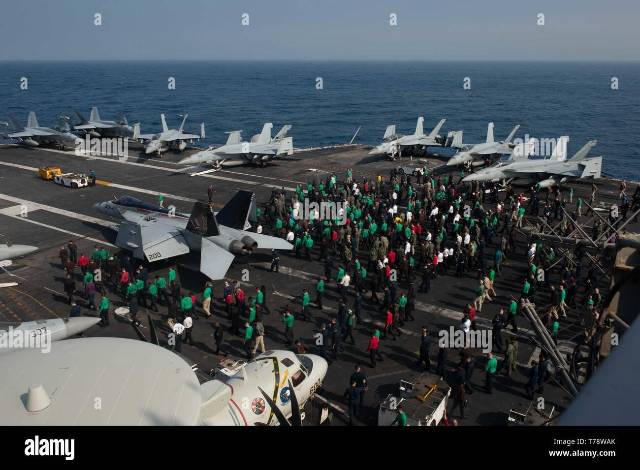 Les marins américains participent à un objet étranger walkdown débris sur le pont du porte-avions USS JOHN C. STENNIS (CVN 74) dans le détroit de Gibraltar, le 3 mai 2019. Le John C. Stennis (Groupe JCSCSG) est déployée à l'appui des efforts de coopération en matière de sécurité maritime dans la sixième flotte américaine zone de responsabilité. (U.S. Photo par marine Spécialiste de la communication de masse Seaman Apprentice Jordanie Ripley) Photo Stock