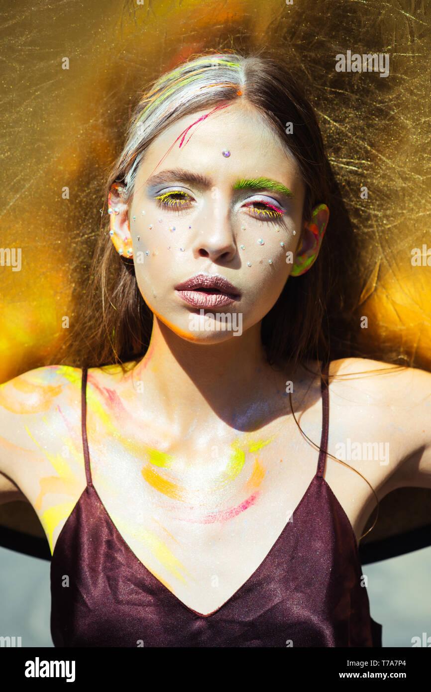 Femme indienne avec maquillage visage coloré, body art Photo Stock