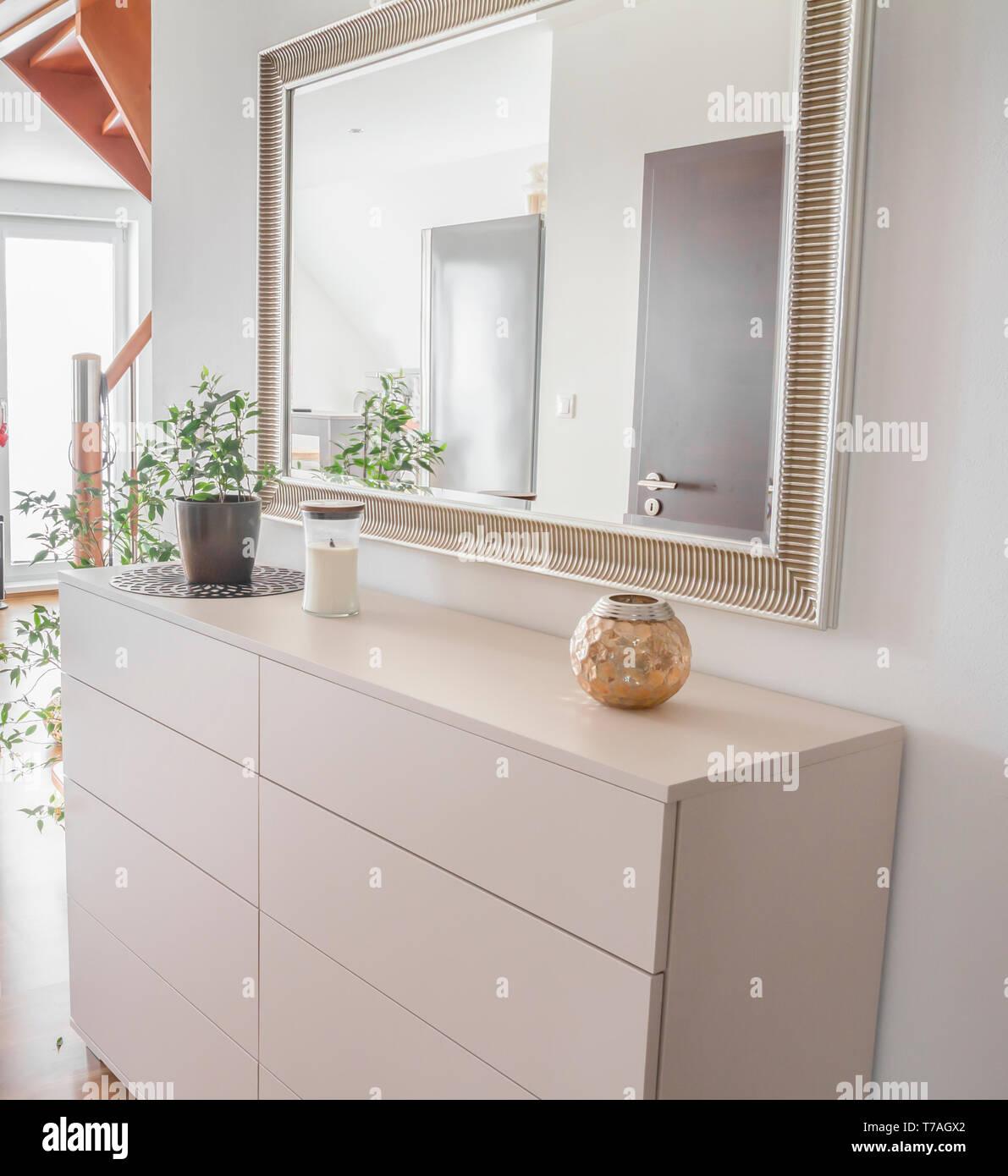Tiroir blanc dans maison contemporaine Photo Stock