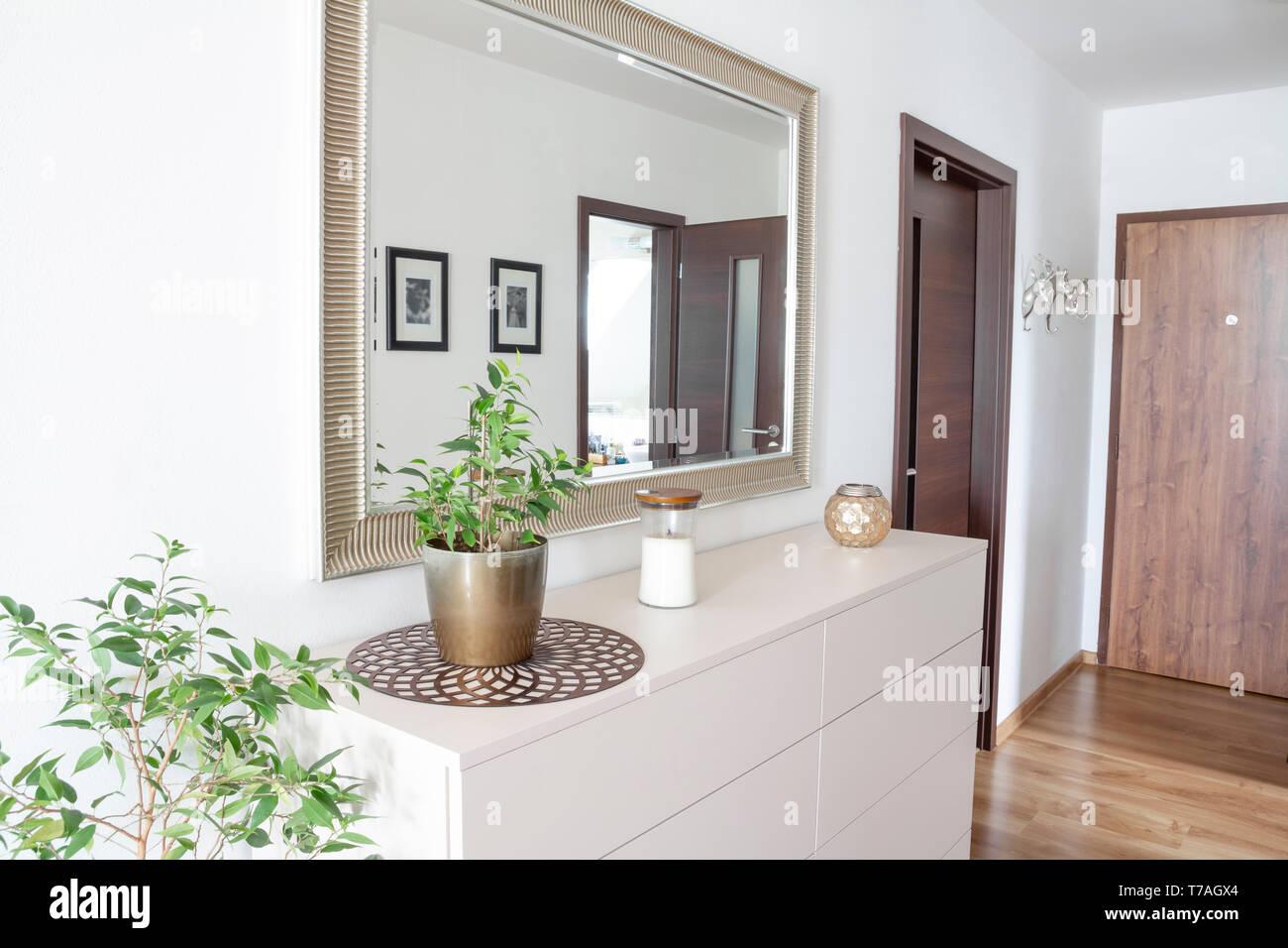 Hall d'entrée avec miroir et tiroirs contemporain blanc Photo Stock
