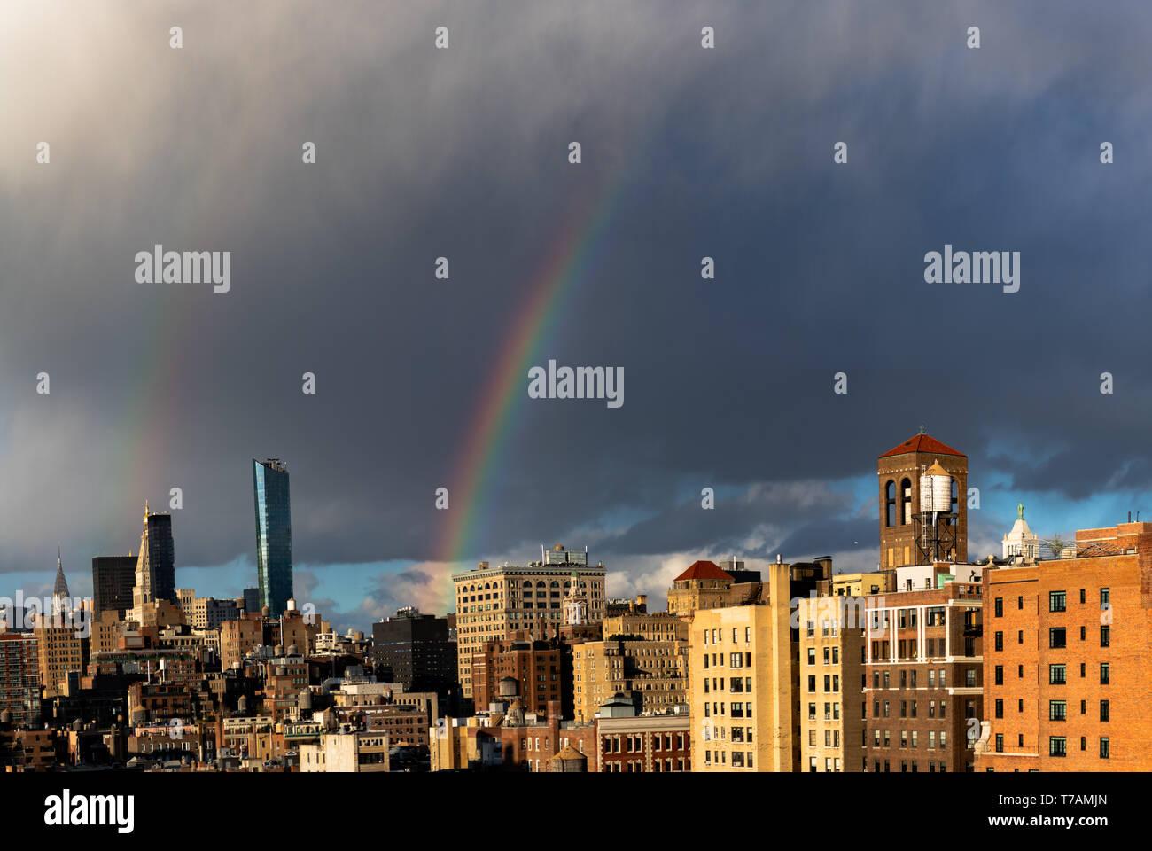 Une partie d'un arc-en-ciel (et une légère double arc-en-ciel) autour de coucher de soleil sur Manhattan (New York City). Banque D'Images