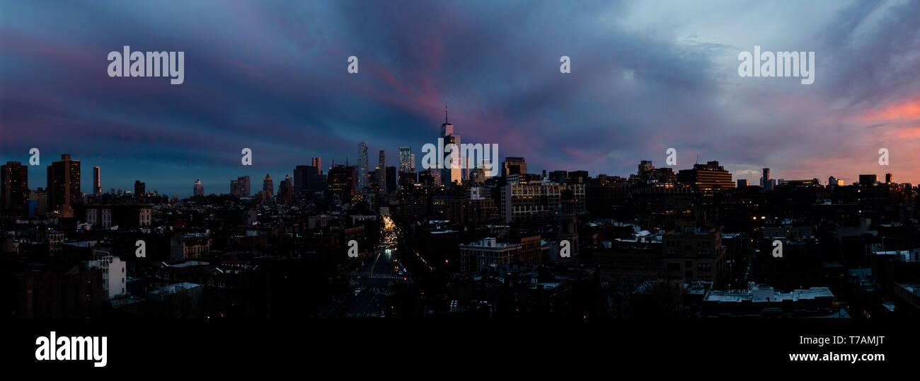 Une vue panoramique de la persistance d'un coucher de soleil au-dessus de la partie basse de Manhattan, New York City, avec le World Trade Center (Freedom Tower) visible. Banque D'Images