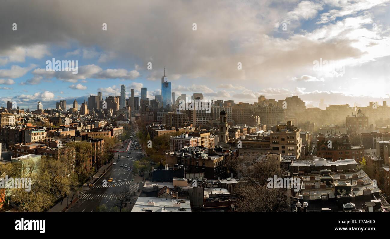 Un coucher de soleil panoramique du centre-ville de Manhattan, New York City, qui comprend le World Trade Center (la tour de la Liberté). Pris dans Greenwich Village. Banque D'Images