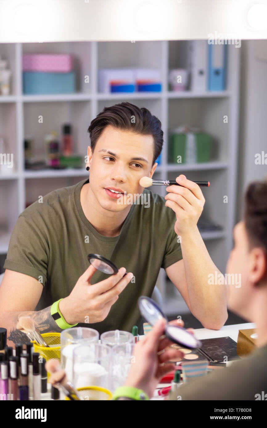 Calme beau jeune homme d'être obsédé par un miroir Photo Stock