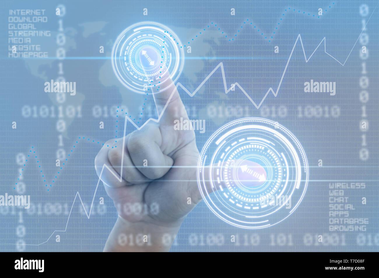 Libre de la personne de toucher l'écran avec le pouce et l'index qu'internet et la notion de codage Banque D'Images