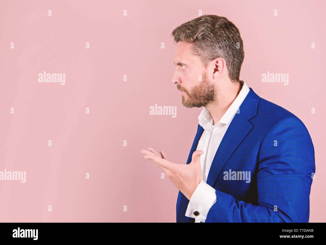 Habile discours de motivation copie fond rose de l'espace. Businessman Motiver les collègues. Homme barbu homme parlant avec des geste de la main. Expliquer concept. Photo Stock