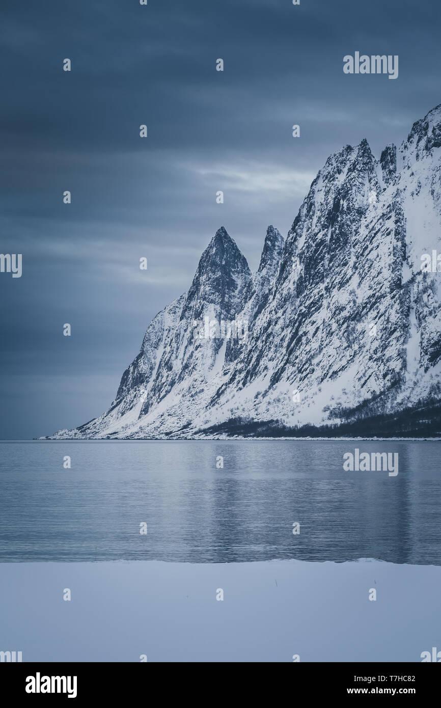 Forte de montagnes en hiver bleu de l'heure. Tungeneset de Ersfjord, Norvège Banque D'Images