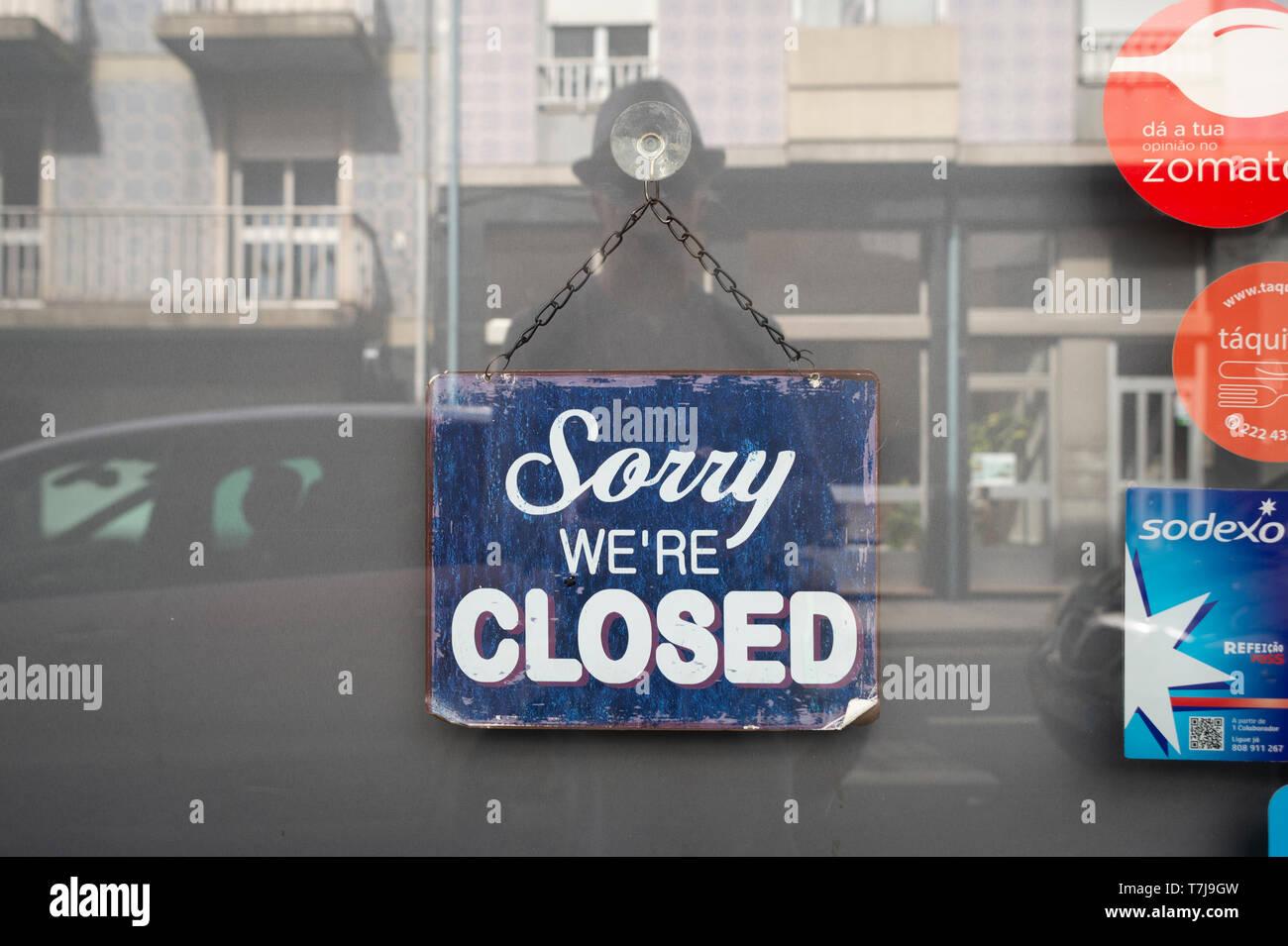Désolés nous sommes signe clos sur une porte de boutique Photo Stock