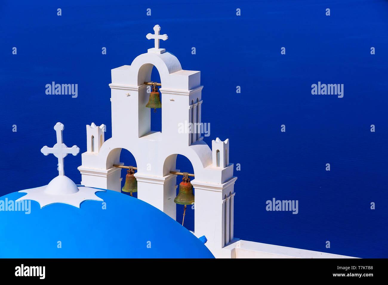 Vue mer et iconique de bleu et blanc clocher de l'église, Santorin, Grèce Banque D'Images