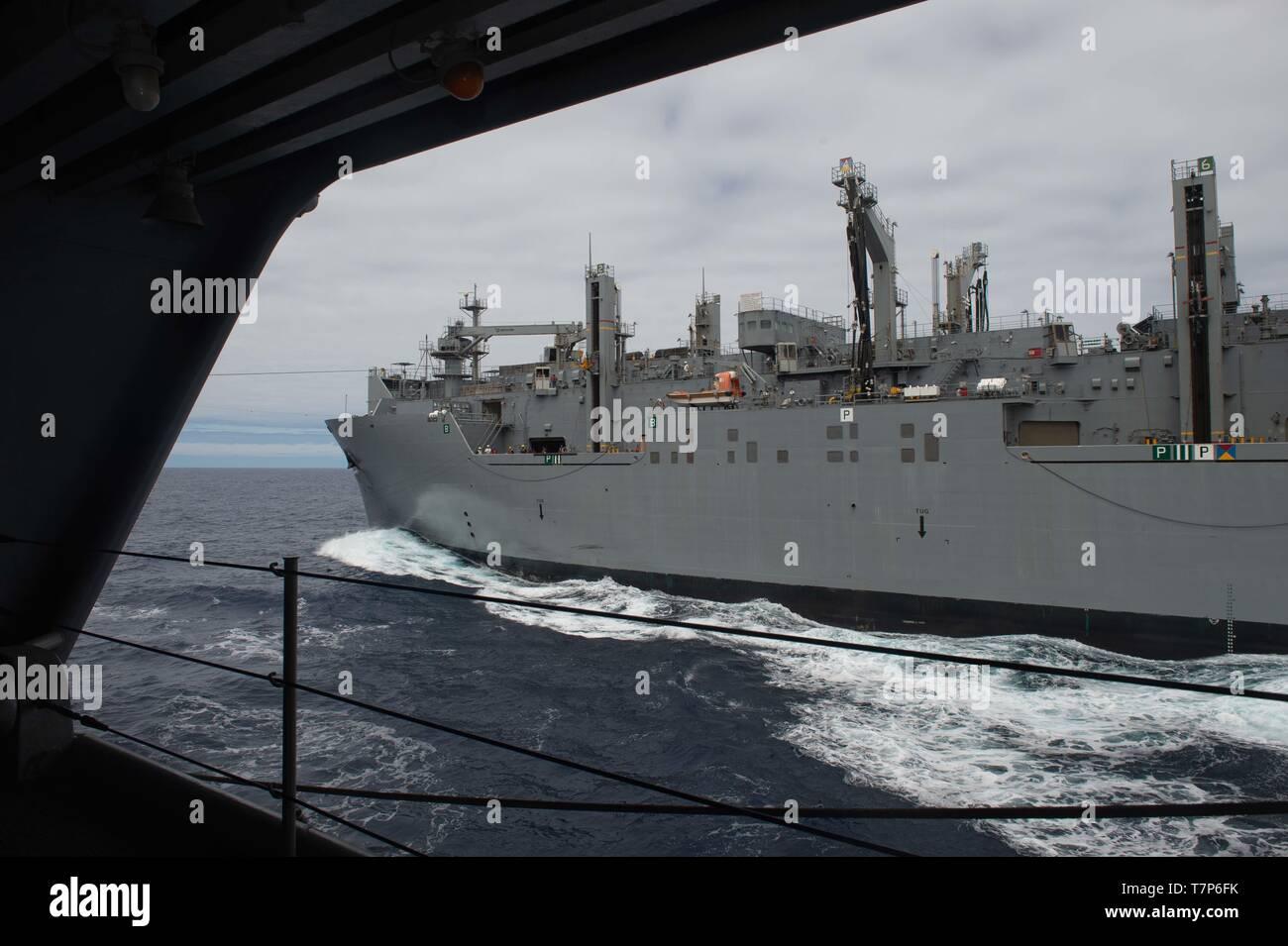 Les cargaisons sèches et de munitions ship USNS Charles Drew (T-AKE 10) effectue un ravitaillement en mer avec le porte-avions USS JOHN C. STENNIS (CVN 74) dans l'océan Atlantique, le 5 mai 2019. Le John C. Stennis (Groupe JCSCSG) est déployée à l'appui des efforts de coopération en matière de sécurité maritime dans la sixième flotte américaine zone de responsabilité. (U.S. Photo par marine Spécialiste de la communication de masse Seaman Apprentice Jordanie Ripley) Photo Stock