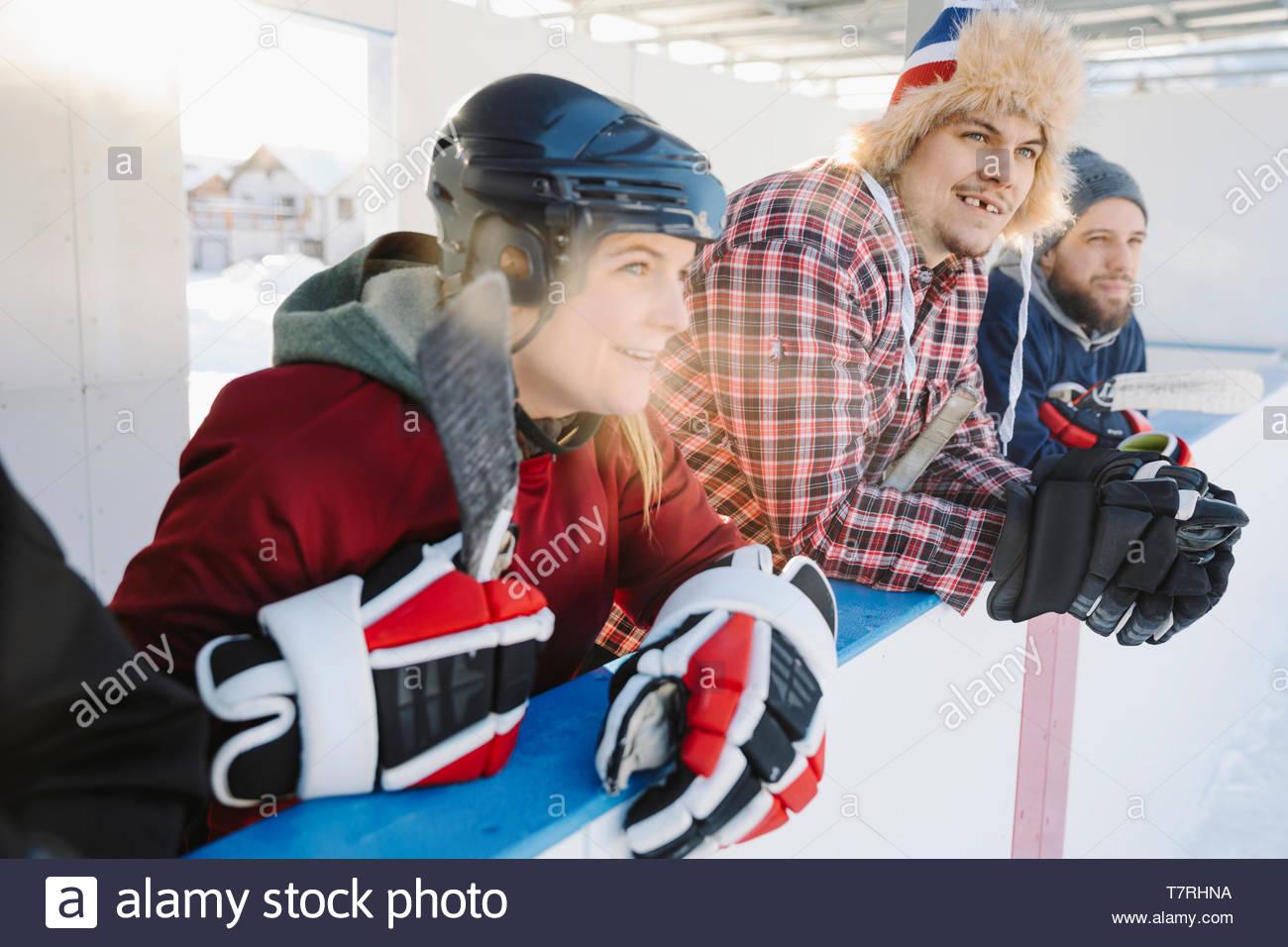 L'observation d'amis piscine match de hockey sur glace de banc de touche Photo Stock