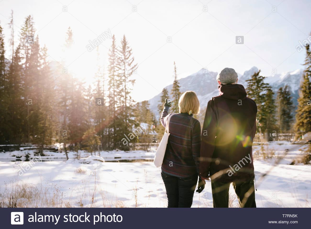 Couple sur la montagne enneigée et ensoleillée Photo Stock