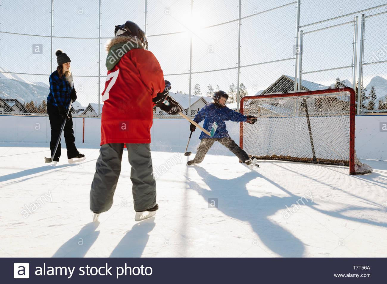 Jeu de hockey sur glace à l'extérieur de la famille Photo Stock
