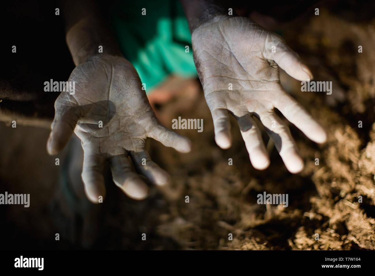 Que les mains sont sales provenant du sol. Banque D'Images