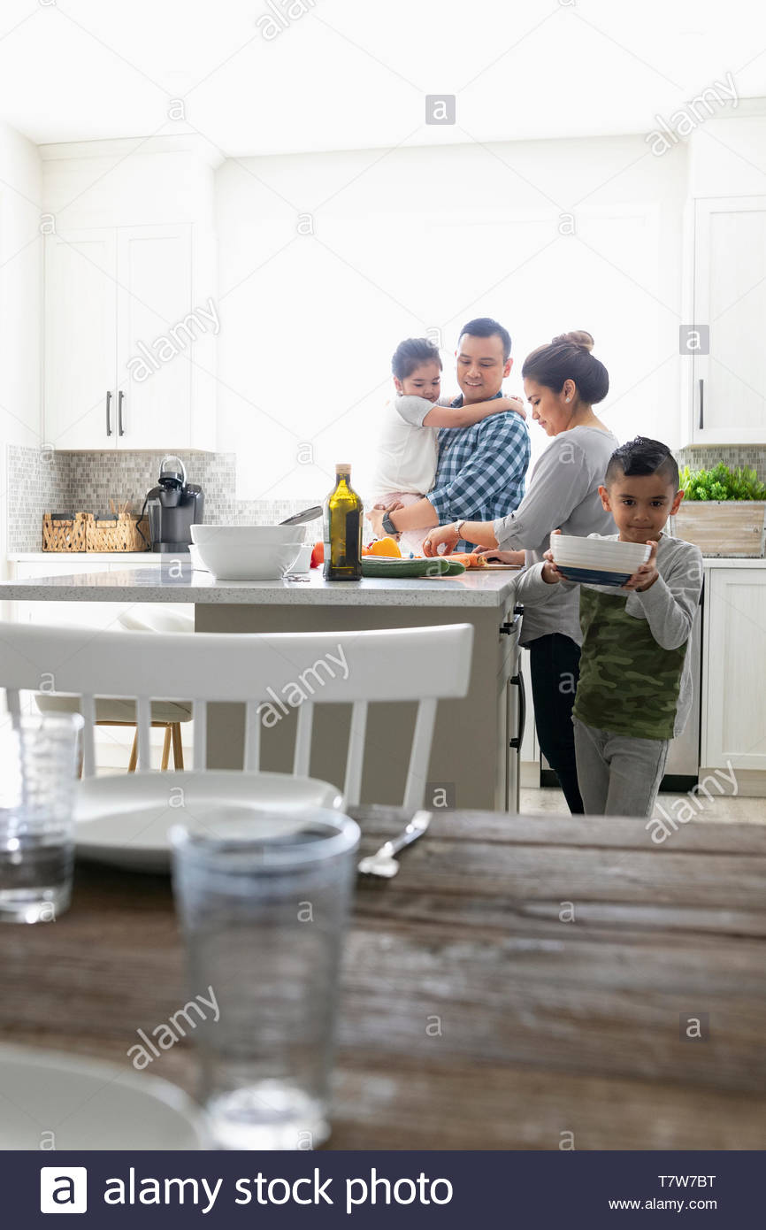 Dans la cuisine à préparer le dîner de famille Banque D'Images