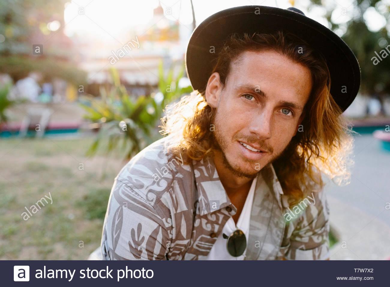 Portrait jeune homme confiant dans hat Photo Stock