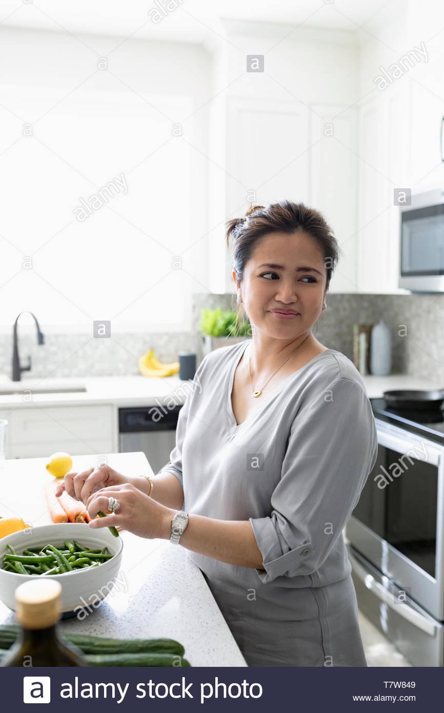 Femme préparant le dîner dans la cuisine Photo Stock